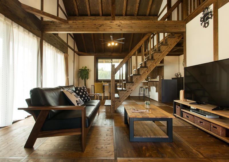 上質な自然素材の持ち味を楽しむラグジュアリー感ある平屋の家