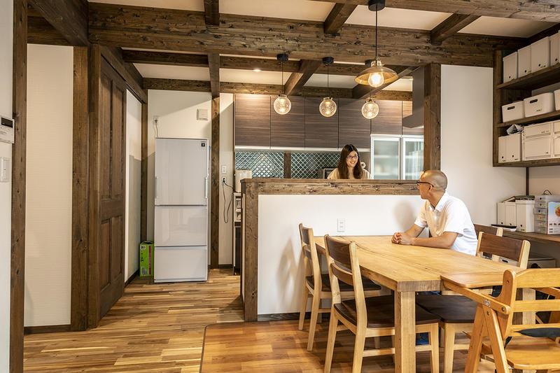 木の使い方が素敵で思い通りの家に。DIYでバイク用の車庫も造作