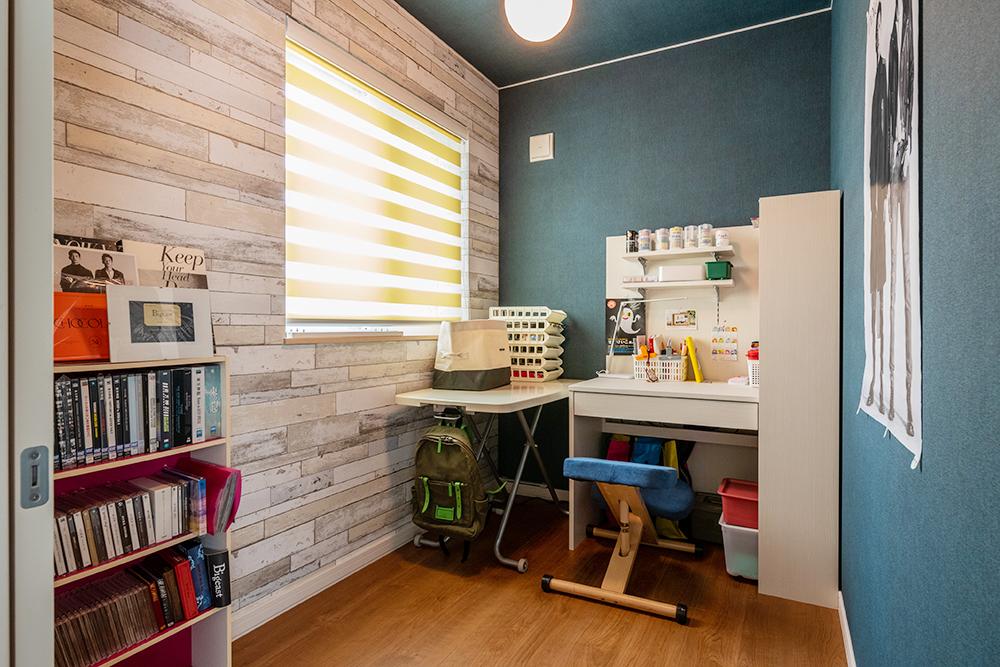奥様の書斎。絵を描いたり、モノづくりが好きな奥様の大切な空間となっています