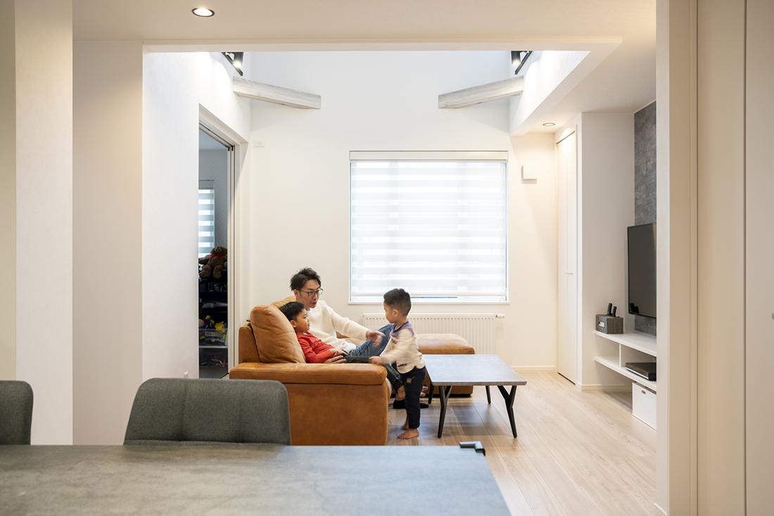 吹抜けのリビングはテレビボードの両サイドに収納を確保